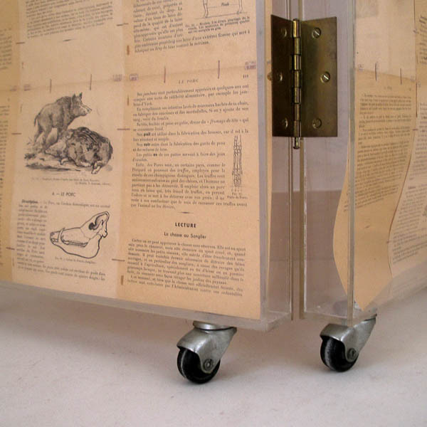 Luis Pita | Montajes tridimensionales | 3-Dimensional Assemblies | biombo Sciences dObservation | room divider | folding screen | furniture screen | pages of an old book of sciences | TRIDIMENSIONALES_ (1996) CIENCIAS DE LA OBSERVACIÓN (BIOMBO REALIZADO CON TODAS LAS PÁGINAS DE UN LIBRO ANTIGUO, LÁMINAS DE METACRILATO, LATÓN y RUEDAS)