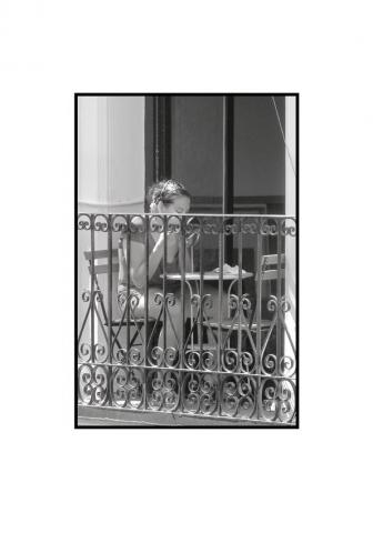 Luis Pita   Fotografía en Blanco y Negro   Black and White Photography   serie Balcones de Madrid   Balconies from Madrid series   Erik Stuborn   Cameradada   Neighbors   People watching life go   Gente mirando la vida pasar   Downtown Madrid   Malasaña Lavapies Districts   Luis Pita (2014) - Balcones - 06