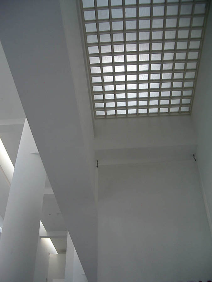 Luis Pita | Fotografía | Photography | Arquitecturas | Architectures | 2004 | Interior del Museo de Arte Contemporáneo de Barcelona | interior de edificio vanguardista blanco | Inside the Barcelona Museum of Contemporary Art | white interior avant-garde building | MACBA | Barcelona | Catalonia | Spain