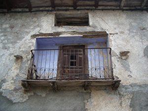 Luis Pita | Fotografía | Photography | Arquitecturas | Architectures | 2006 | Pirineos | Huesca | viejo balcón oxidado en aldea española pintado de añil | old rusty balcony of Spanish village painted blue | Pirineos | Pyrenees | Huesca | Spain