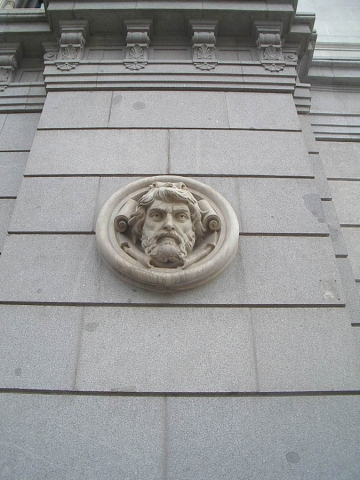 Luis Pita | Fotografía | Photography | Arquitecturas | Architectures | 2008 | Banco de Espana | Medallon en piedra de un rostro masculino en el  Edificio Clásico | National Bank of Spain | Medallon stone of a male face in the Classic Building | Madrid | Spain