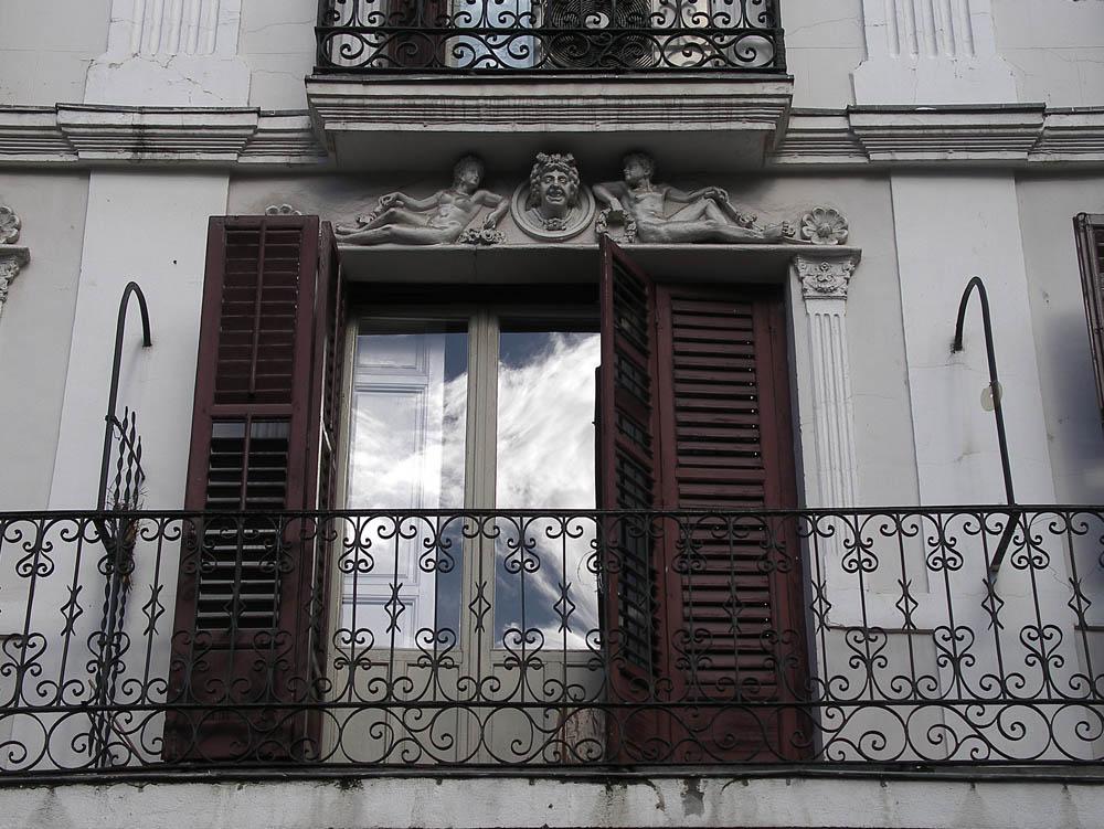 Luis Pita | Fotografía | Photography | Arquitecturas | Architectures | 2009 | Balcon con dos figuras desnudas en el dintel y una cara grotesca | | Balcony with two nude figures on the lintel and a grotesque face | Madrid | Spain