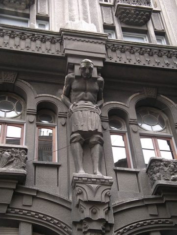 Luis Pita | Fotografía | Photography | Arquitecturas | Architectures | 2011 | coloso en piedra, de un piso de altura, sosteniendo un balcón | colossus man in stone, storey height, holding a balcony | Buenos Aires | Argentina