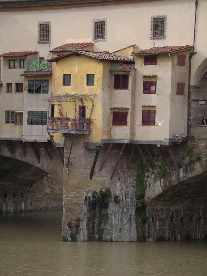 Luis Pita | Fotografía | Photography | Arquitecturas | Architectures | 2012 | casas colgando del Ponte Vecchio | pequeño balcón metálico sobre el río Arno | small metal balcony over the Arno River | hanging houses of Ponte Vecchio | Florencia | Firenze | Florence | Italia | Italy