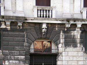 Luis Pita | Fotografía | Photography | Arquitecturas | Architectures | 2012 | gran cabeza de anciano de piedra sobre una puerta de un palazzo | large head of an old man of stone on a door of a palazzo | Gran Canale | Venezia