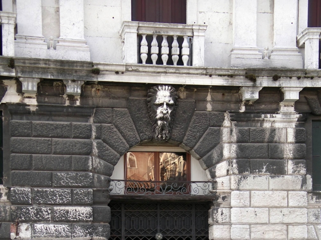 Luis Pita | Fotografía | Photography | Arquitecturas | Architectures | 2012 | gran cabeza de anciano de piedra sobre una puerta de un palazzo | large head of an old man of stone on a door of a palazzo | Gran Canale | Venezia