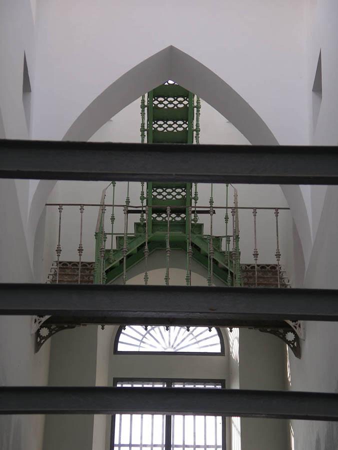 Luis Pita | Fotografía | Photography | Arquitecturas | Architectures | 2014 | escaleras de hierro de la galería de una antigua prisión bajo un arco ojival | iron ladders gallery of a former prison under an ogee | Antigua Carcel | Segovia | Spain