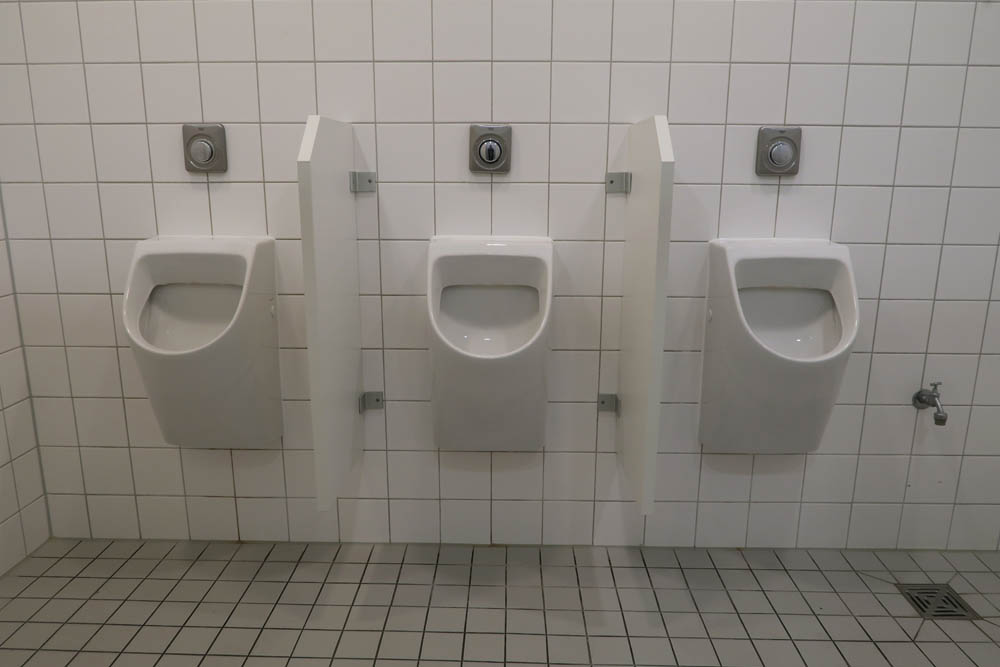 luis-pita_-arquitecturas-2015 | baños de hombres de un centro de arte alemán | men's toilets of a German center of  art |  Armonía, equilibrio y simetría | Harmony, balance and symmetry | Toilet | Berlin | Germany