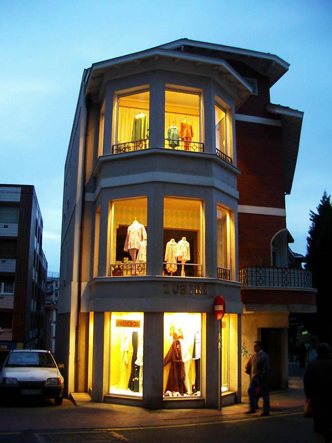 Luis Pita | Ciudades | Cities | (2007) | tienda de ropa femenina con escaparates a tres alturas que brilla en la noche como una lámpara | women's clothing store with storefronts three heights that shines at night like a lamp | Bilbao | Algorta