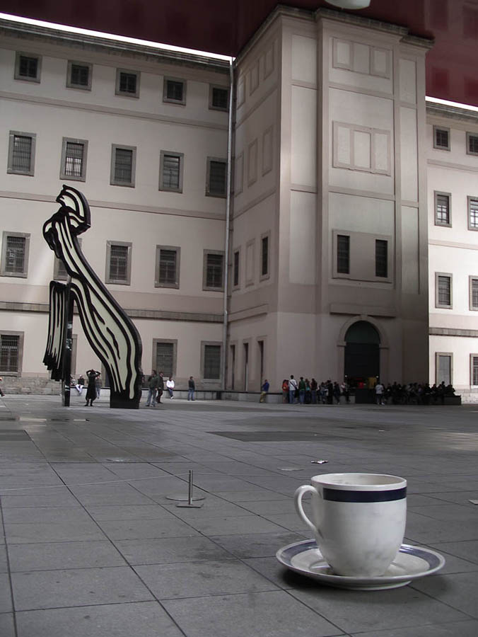 "Luis Pita | Fotografía | Photography | Ciudades | Cities | (2008) Madrid | Patio del Centro de Arte Reina Sofía con algunas esculturas, al fondo un ""brochazo"" de Lichtenstein 