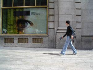 Luis Pita | Fotografía | Photography | Desconocidos | Unknown people | (2004) Big Brother is-watching-you | El gran hermano te está observando | chica joven con pantalones vaqueros caminando por la calle | Young girl in jeans walking down the street