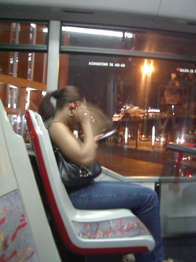 Luis Pita | Fotografía | Photography | Desconocidos | Unknown people | (2005) | La noche | chica joven en autobus nocturno escuchando un discman | young girl in night bus listening to a discman