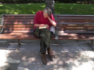 Luis Pita | Fotografía | Photography | Desconocidos | Unknown people | (2008) Lectura pesada | Hombre durmiendo en un banco en la calle sujetando un libro en sus manos | Heavy Reading | Man sleeping on a bench in the street holding a book in his hands