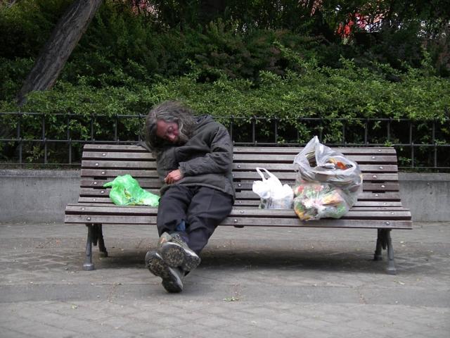 Luis Pita | Fotografía | Photography | Desconocidos | Unknown people  (2008) Sin palabras | vagabundo durmiendo de día en un banco de la calle rodeado por las bolsas de sus pertenencias | Wordless | Tramp sleeping on a street bench surrounded by the bags of his belongings