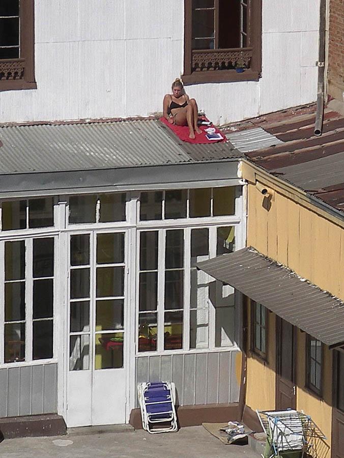 Luis Pita | Fotografía | Photography | Desconocidos | Unknown people |(2011) Verano al sol | joven chica en bikini negro toma el sol sobre el tejado del patio de una casa | Summer sun | Young girl in black bikini sunbathing on the roof of the patio of a house