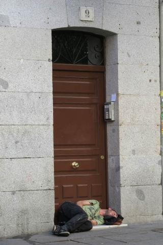 Luis Pita_ Desconocidos (2015) Una noche dificil | joven bien vestido durmiendo en el suelo, junto a la puerta de un edificio del centro de Madrid | A difficult night | well dressed young man sleeping on the floor next to the door of a building in central Madrid