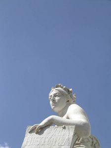 Luis Pita | Fotografía | Photography | Estatuaria | Statuary | alegoría de la Historia | Allegory of History |  (2005) Calle Felipe IV - Madrid | estatua en piedra | mujer coronada de laurel | stone statue | woman crowned in laurel