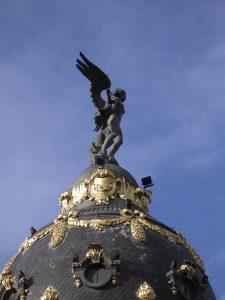 Luis Pita | Fotografía | Photography | Estatuaria | Statuary | (2009) Edificio Metropolis - Madrid | mujer alada de bronce en lo alto de un edificio | bronze winged woman on top of a building