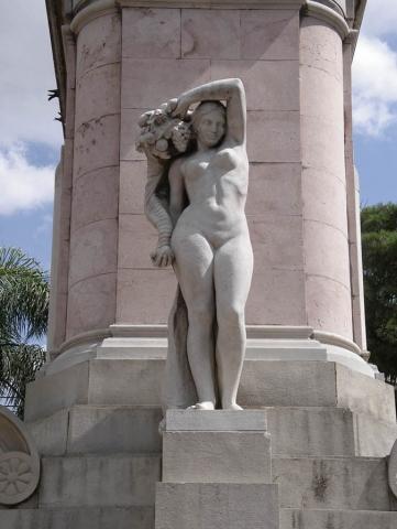Luis Pita | Fotografía | Photography | Estatuaria | Statuary | (2011) La Abundancia - Montevideo | mujer de piedra completamente desnuda sosteniendo el cuerno de la abundancia | stone naked woman holding cornucopia