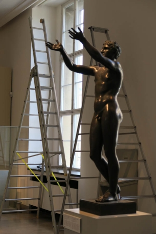 Luis Pita | Fotografía | Photography | Estatuaria | Statuary | (2015) Altes Museum in Works 1- Berlin | hermosa estatua romana de bronce, representando a un joven desnudo, rodeada de escaleras de mano | beautiful Roman bronze statue, depicting a naked young man, surrounded by ladders