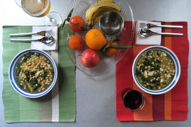 Luis Pita   Fotografía   Photography   serie Hora de comer   Lunchtime series    2016 02 - 006   Potaje (garbanzos con espinacas y bacalao)   Potage (chickpeas with spinach and cod fish)