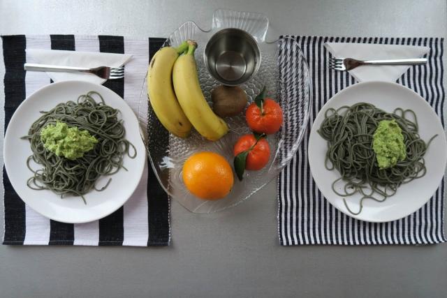 Luis Pita | Fotografía | Photography | serie Hora de comer | Lunchtime series |  2016 03 - 002 | Spaghettis Integrales de algas marinas con aguacate molido | Seaweed whole-grain spaghetti with mashed avocado