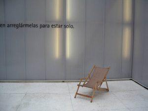 Luis Pita | Fotografía | Photography | Visiones interiores | Inner visions | exposición sobre Miquel Barceló en cuartel conde-duque-madrid (2004) | en arreglármelas para estar solo | to manage to be alone | Silla de playa de tela | Beach fabric  chair