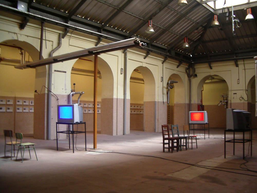 Luis Pita | Fotografía | Photography | Visiones interiores | Inner visions |  (2004) una de las primeras exposiciones que se hizo en Tabacalera - Madrid | Televisions and chairs in an tacky hall | Televisiones y sillas en una sala destartalada | Old Tobacco factory in Embajadores, Madrid now an Art Centre