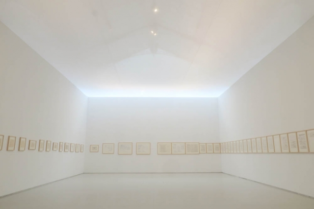 Luis Pita | Fotografía | Photography | Visiones interiores | Inner visions |  (2016) Exposición - Madrid | Out of focus photo | foto desenfocada | White room with many white pictures