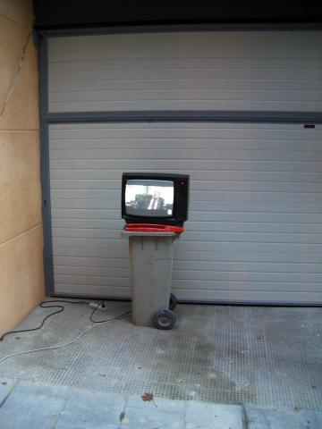 Luis Pita | Fotografía | Photography | Visiones exteriores | Exterior Visions | el-rastro-madrid | fleamarket (2006) El Rastro - Madrid | TV encima de un cubo de basura funcionando | TV above a dustbin running | Television on the street