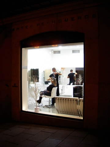 Luis Pita | Fotografía | Photography | Visiones exteriores | Exterior Visions | peluquero-madrid | hairdresser at night (2006) Peluquero en la noche - Madrid | Exterior night of a hairdressing saloon