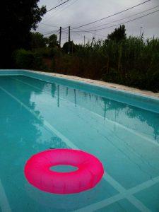 Luis Pita | Fotografía | Photography | Visiones exteriores | Exterior Visions | (2007) End of the Summer - Algorta | Bilbao | Spain | flotador en una piscina vacía al final del verano | float in an empty pool at the end of summer