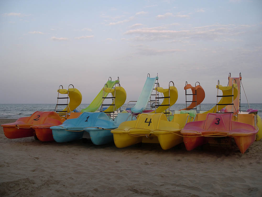 Luis Pita | Fotografía | Photography | Visiones exteriores | Exterior Visions | (2008) End of the summer - Benicassim | botes de pedales al final del verano | paddleboats at summer's end