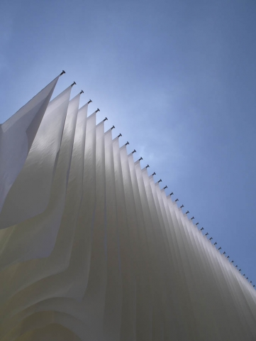 Luis Pita   Fotografía   Photography   Visiones exteriores   Exterior Visions   (2008) Peace Flags - Madrid   white flags in the book fair of madrid