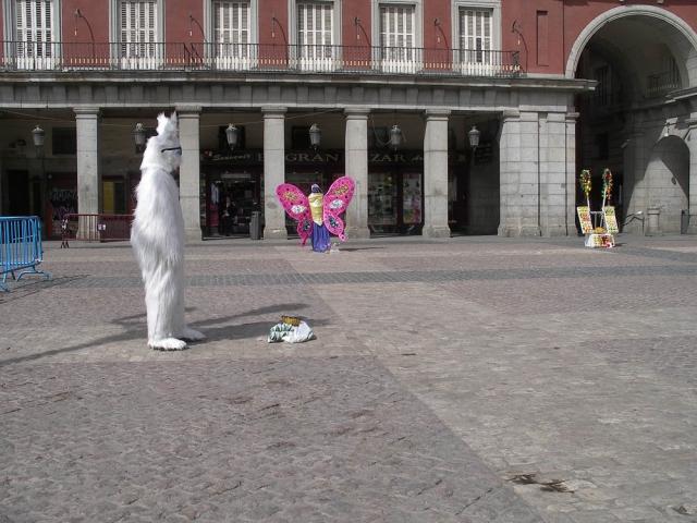 Luis Pita   Fotografía   Photography   Visiones exteriores   Exterior Visions    (2009) Donnie Darko en Madrid   Donnie Darko's rabbit   full sun nightmare   pesadilla a pleno sol