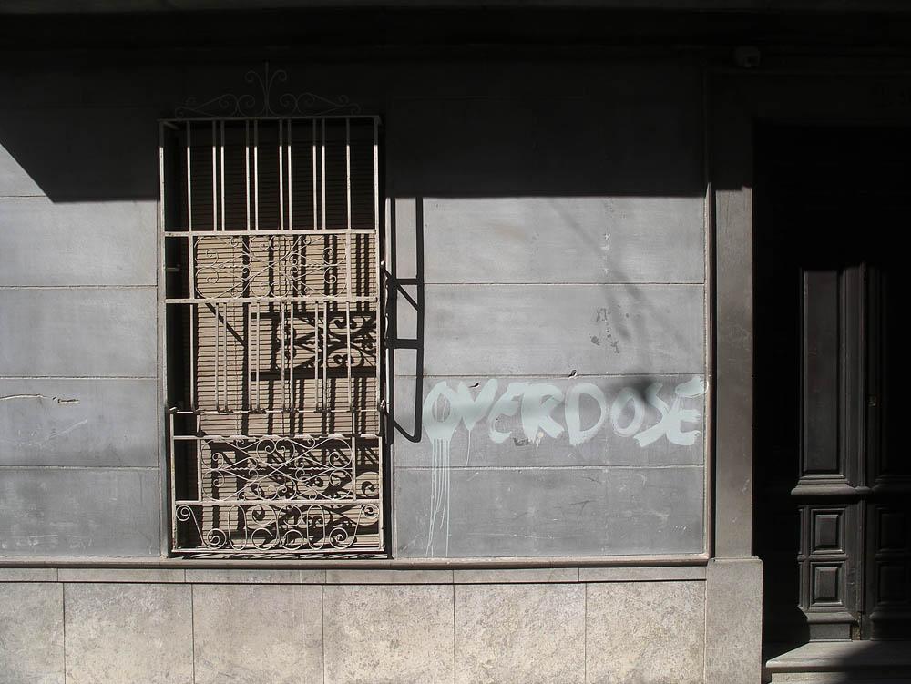 "Luis Pita | Fotografía | Photography | Visiones exteriores | Exterior Visions | (2009) Overdose - Sevilla | painted wall with the word ""Overdose"" | pared pintada con la palabra ""sobredosis"""