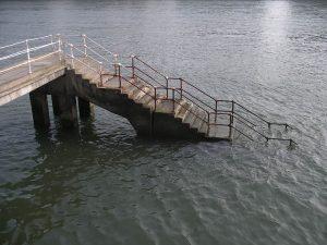 Luis Pita | Fotografía | Photography | Visiones exteriores | Exterior Visions | escaleras descendiendo al agua de la ría de bilbao | stairs down into the water of the estuary of Bilbao (2009) Ria de Bilbao