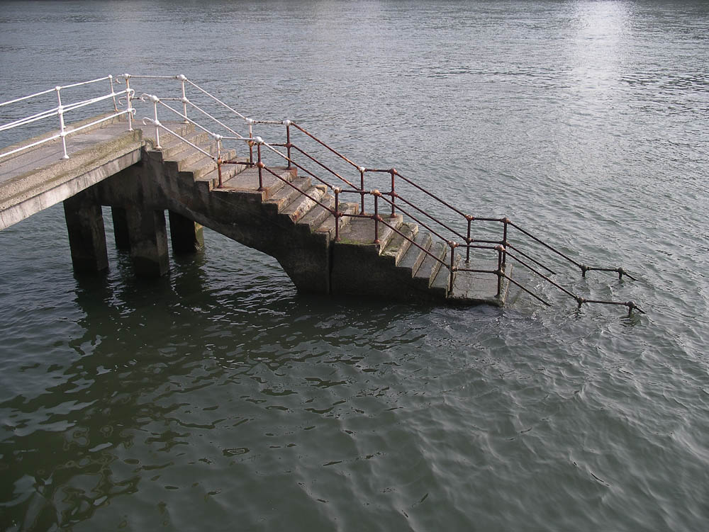 Luis Pita | Fotografía | Photography | Visiones exteriores | Exterior Visions | escaleras descendiendo al agua de la ría de bilbao | stairs down into the water of the estuary of Bilbao (2009) Ria de Bilbao