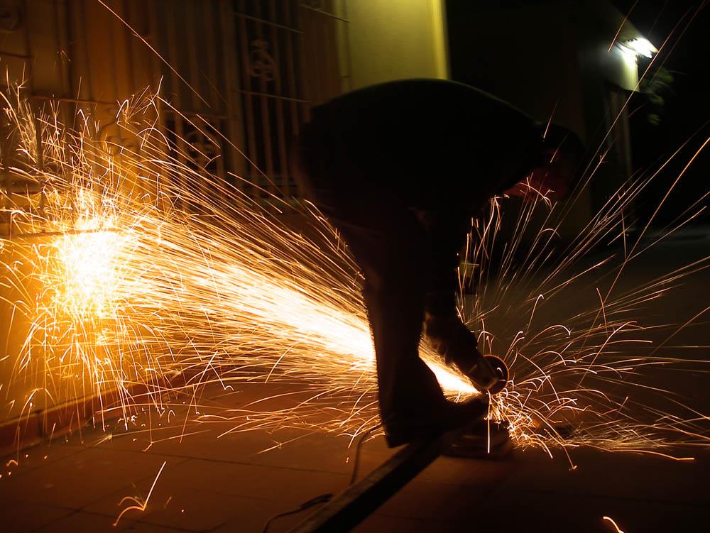 Luis Pita | Fotografía | Photography | Visiones exteriores | Exterior Visions |  (2010) Chispas | chispas de una maquina cortadora radial en la noche | sparks from a radial cutting machine at night