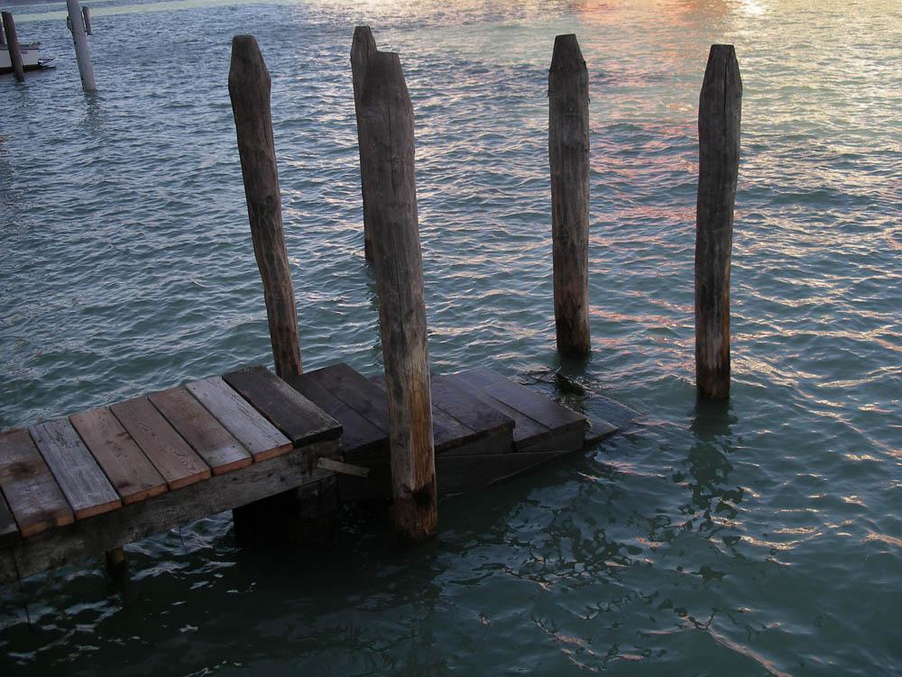 Luis Pita | Fotografía | Photography | Visiones exteriores | Exterior Visions | Wooden stairs Pier Grand Canal to the Peggy Guggenheim Museum - Venezia (2012) Escaleras del madera del embarcadero al gran canal del Museo Peggy Guggenheim - Venezia | Italia