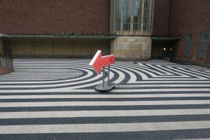 Luis Pita | Fotografía | Photography | Visiones exteriores | Exterior Visions |  (2016) Courtyard with arrow | Boymans Van Beuningen Museum - Rotterdam | The Netherlands | Patio con flecha luminosa | Museo de Arte Contemporáneo Rotterdam | Modern Art Museum