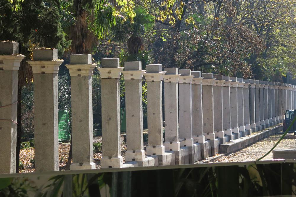Restauración de la verja del Jardín Botánico y recuperación del banco de piedra. Madrid