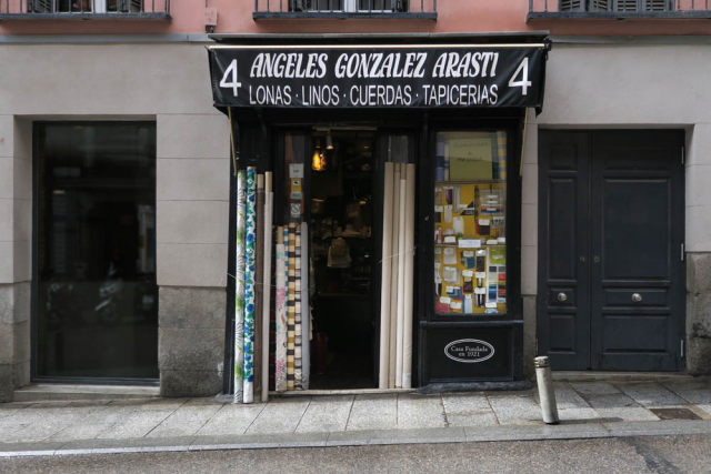 Luis Pita, Comercios , (2017) Lonas y linos , Madrid (Antiguo comercio, Tiendas tradicionales, Canvas and Linen, Gonzalez Arasti, Plaza Mayor, calle Atocha, España)  Traditional Spanish Shops. Old Stores in Madrid, Missing stores, Spain