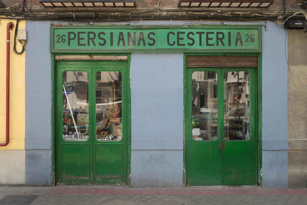 Luis Pita , Comercios , (2017) Persianas , Cestería , Madrid (Antiguo comercio, Tiendas tradicionales, Paseo de las Delicias, calle Delicias, España)  Traditional Spanish Shops. Sunblinds and baskets, Old Stores in Madrid, Missing stores, Spain