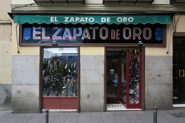 Luis Pita , Comercios , (2017) Zapateria , Madrid (Antiguo comercio, Tiendas tradicionales, Barrio Lavapiés , calle Sombrerete, El Zapato de Oro, España)  Traditional Spanish Shops. Old Stores in Madrid, Missing stores, Spain