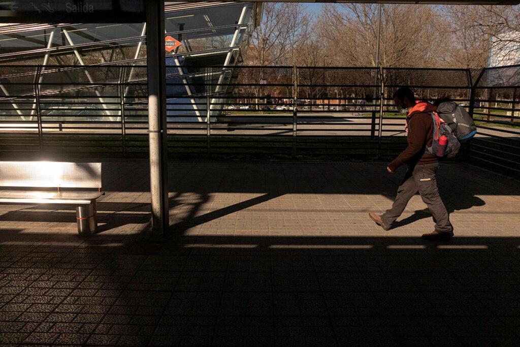 Humano con mochila en estación de tren